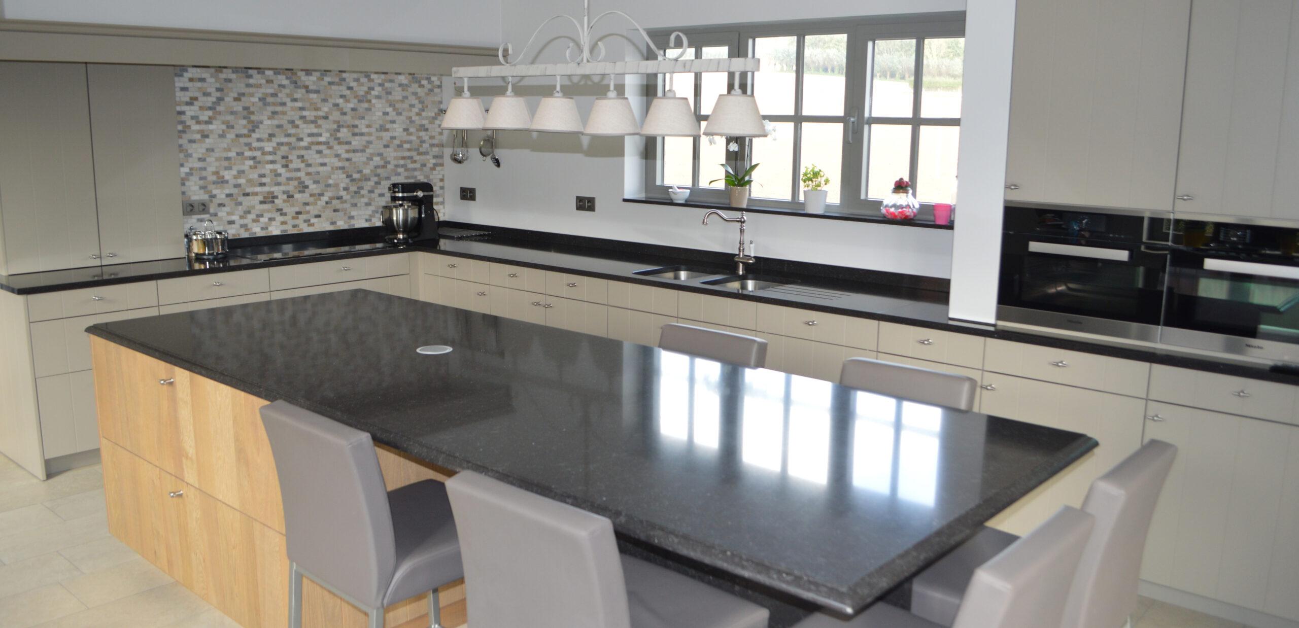 Moderne keuken met keukeneiland en geïntegreerd zitgedeelte - ACK Keukens