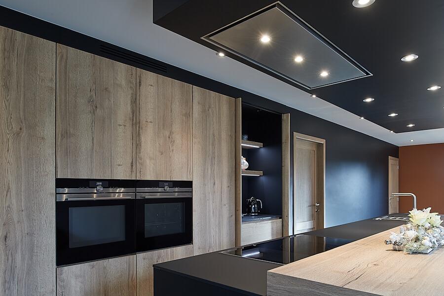 Ingebouwde keukenkasten in massief hout zonder handgrepen - ACK Keukens