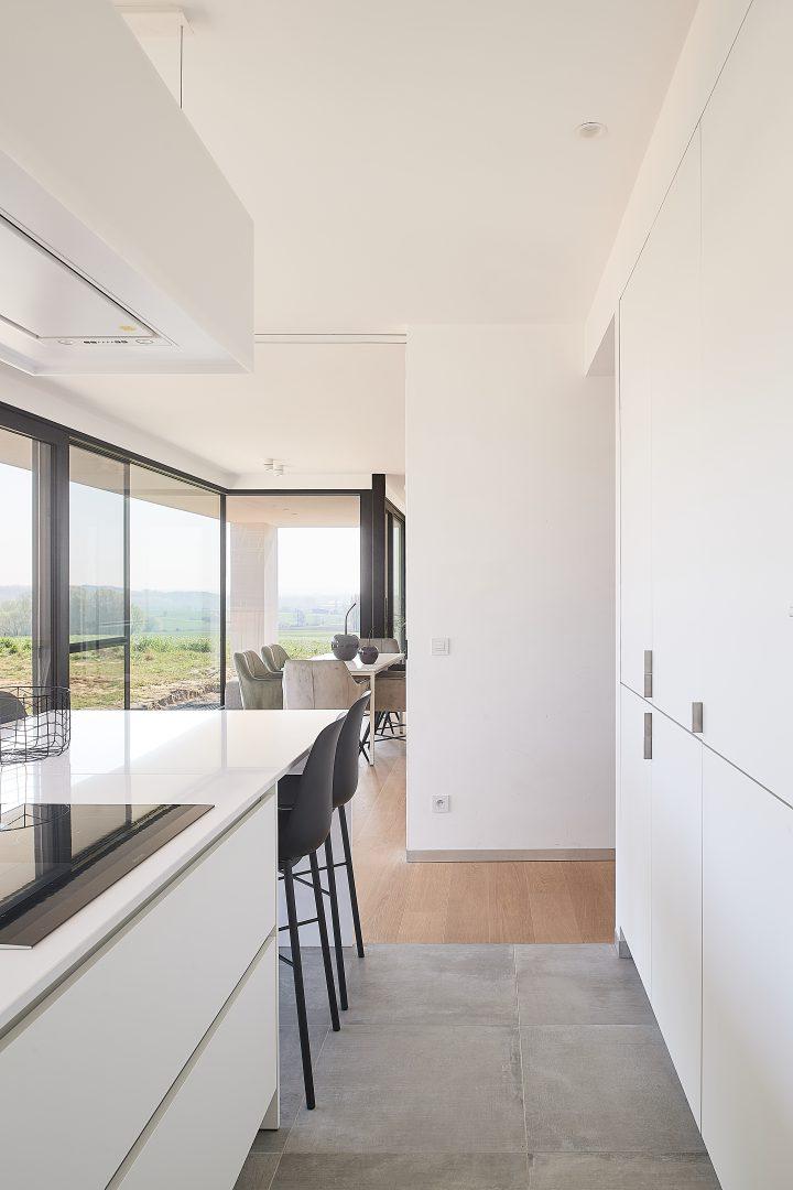 Wit strak kookeiland met aangebouwd zitgedeelte - ACK Keukens