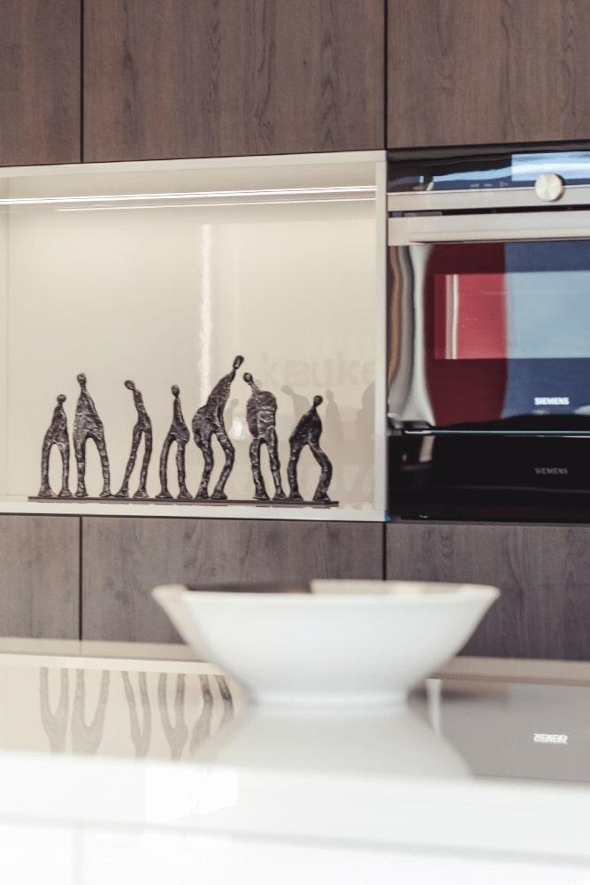 Keuken met houten kasten en ingebouwde microgolfoven