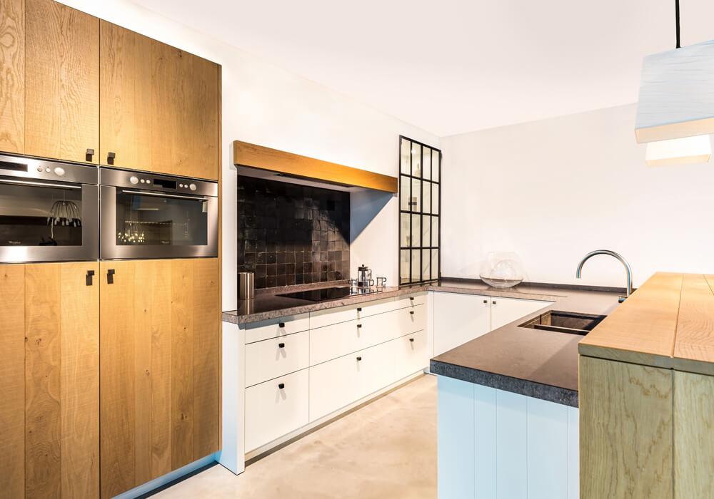 Cottage keuken in U-vorm met ingebouwde keukentoestellen - ACK Keukens