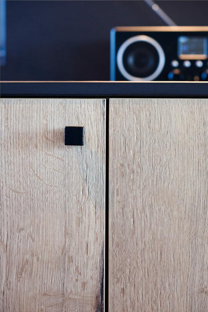 Detailzicht van keukenkast met houten afwerking