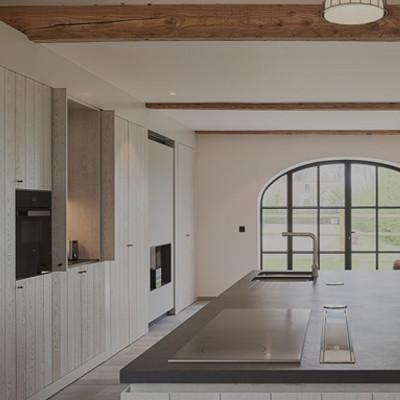 Tijdloze keuken met ruim keukeneiland en houten inbouwkasten - ACK Keukens