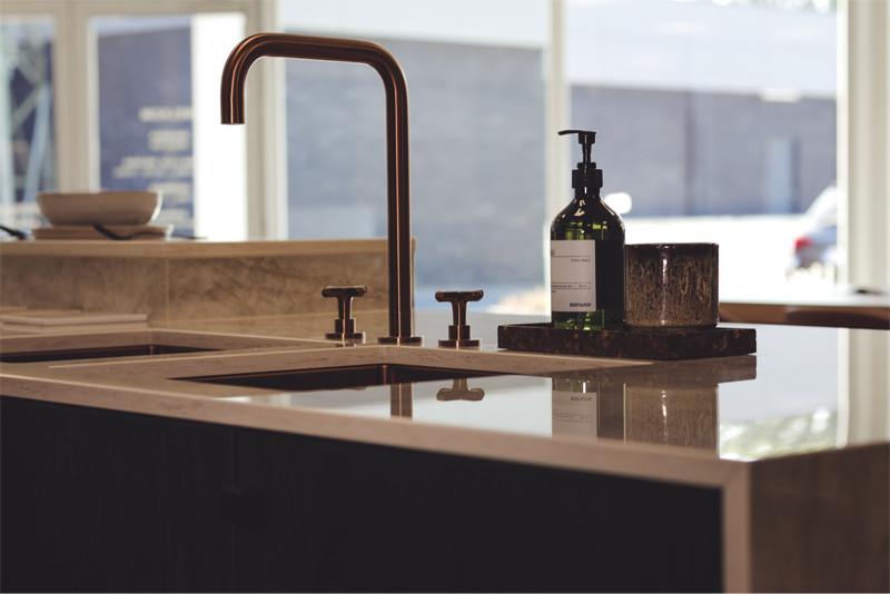 Koperen keukenkraan met glanzend werkblad - ACK Keukens