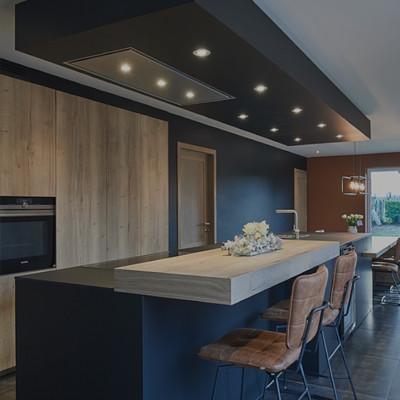 Donker keukeneiland met zitgedeelte en barkrukken in leder - ACK Keukens