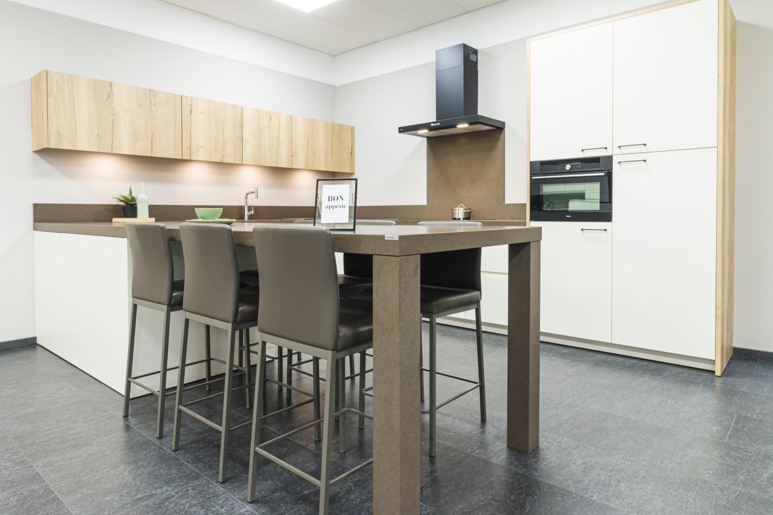 Moderne keuken in U-vorm met aangebouwd zitgedeelte - ACK Keukens