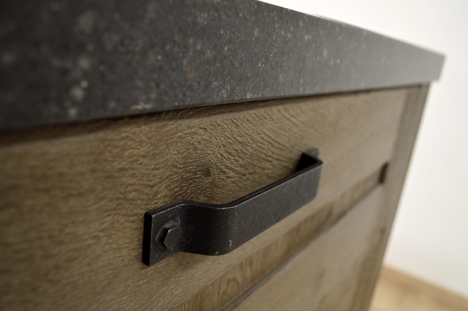 Detail van een keukenkast in landelijke stijl met zwarte metalen handgrepen - ACK Keukens