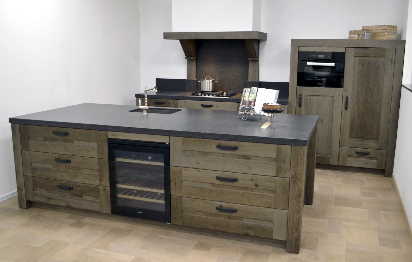 Landelijke keuken in donker hout met keukeneiland - ACK Keukens