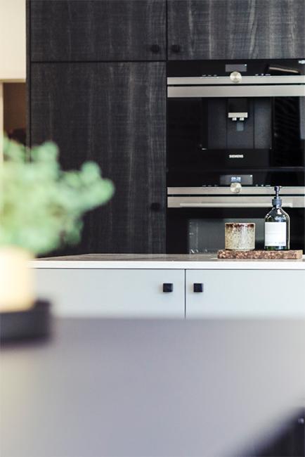 Keuken met ingebouwde donkere kasten